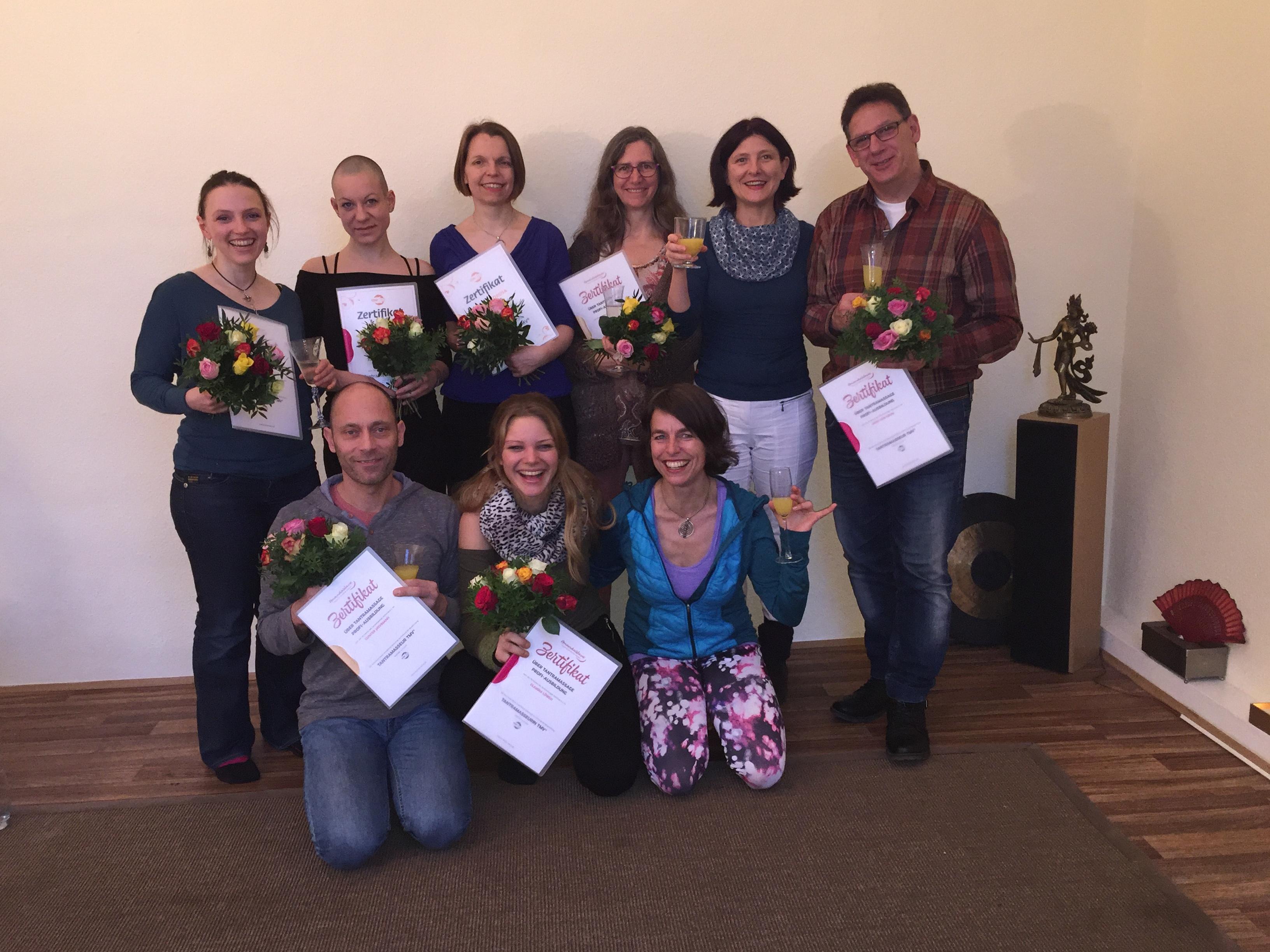 Die Absolventen der Tantra-Seminare feiern Ihre erfolgreiche Teilnahme.